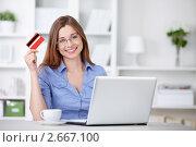Купить «Девушка с ноутбуком и кредитной картой», фото № 2667100, снято 13 мая 2011 г. (c) Raev Denis / Фотобанк Лори