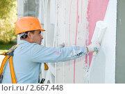 Купить «Рабочий красит стену», фото № 2667448, снято 19 июля 2018 г. (c) Дмитрий Калиновский / Фотобанк Лори