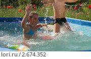 Купить «Дети играют в бассейне», видеоролик № 2674352, снято 23 июля 2011 г. (c) Алексей Кузнецов / Фотобанк Лори
