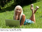 Купить «Блондинка, лежащая на траве с ноутбуком», фото № 2675076, снято 20 июля 2011 г. (c) Михаил Иванов / Фотобанк Лори