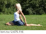 Купить «Девушка выполняет гимнастическое упражнения на траве», фото № 2675116, снято 21 июля 2011 г. (c) Михаил Иванов / Фотобанк Лори