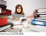 Купить «Очень занятой бухгалтер заваленный папками с документами», фото № 2678064, снято 18 мая 2011 г. (c) pzAxe / Фотобанк Лори