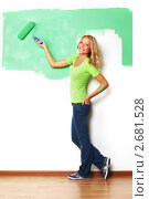 Блондинка красит стену в зеленый цвет. Стоковое фото, фотограф Иван Михайлов / Фотобанк Лори