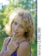 Купить «Девочка на фоне листвы», фото № 2682380, снято 10 июля 2011 г. (c) Юрий Викулин / Фотобанк Лори