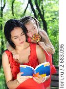 Купить «Мама читает книгу маленькой девочке в парке», фото № 2683096, снято 22 июля 2011 г. (c) Марина Сапрунова / Фотобанк Лори