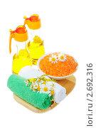 Полотенца, соль для ванны, масло и цветы на деревянной подставке. Стоковое фото, фотограф Ольга Красавина / Фотобанк Лори