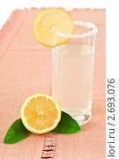 Купить «Стакан с лимонадом и лимон», фото № 2693076, снято 29 июля 2011 г. (c) Анастасия Мелешкина / Фотобанк Лори