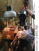 Купить «Мастер по ремонту кожаных изделий за работой», эксклюзивное фото № 2693760, снято 27 апреля 2011 г. (c) Алёшина Оксана / Фотобанк Лори