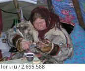 Ненецкая женщина с ножом (2009 год). Редакционное фото, фотограф Светлана Белова / Фотобанк Лори