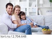 Купить «Счастливая семья дома на диване», фото № 2704648, снято 19 февраля 2018 г. (c) Raev Denis / Фотобанк Лори
