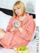 Купить «Простуженная блондинка с чаем, фруктами и лекарствами в своей постели», фото № 2711208, снято 12 мая 2011 г. (c) Ольга Красавина / Фотобанк Лори
