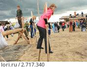 Смелая девушка на ходулях (2011 год). Редакционное фото, фотограф Анатолий Матвейчук / Фотобанк Лори