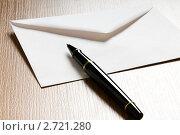 Купить «Почтовый конверт и ручка», фото № 2721280, снято 28 мая 2020 г. (c) Elnur / Фотобанк Лори