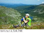 Купить «Женщина-туристка с термосом в горах», фото № 2724748, снято 17 июля 2011 г. (c) Яков Филимонов / Фотобанк Лори