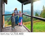 Купить «Семья на веранде коттеджа в горах», фото № 2733400, снято 4 сентября 2010 г. (c) Юрий Брыкайло / Фотобанк Лори