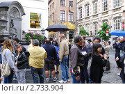 """Купить «Туристы около фонтана """"Писающий мальчик"""" в Брюсселе», эксклюзивное фото № 2733904, снято 23 июля 2011 г. (c) Илюхина Наталья / Фотобанк Лори"""
