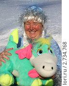 Женщина в костюме снегурочки с мягкой игрушкой (драконом) в руках, эксклюзивное фото № 2734768, снято 20 августа 2011 г. (c) Ольга Линевская / Фотобанк Лори