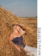 Красивая девушка отдыхает в стоге сена. Стоковое фото, фотограф Шарипова Лилия / Фотобанк Лори