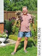 Купить «Мужчина средних лет на дачном участке», эксклюзивное фото № 2740356, снято 23 июля 2011 г. (c) Юрий Морозов / Фотобанк Лори