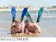 Купить «Счастливая пара в ластах на берегу моря», фото № 2744816, снято 18 июля 2019 г. (c) Дмитрий Калиновский / Фотобанк Лори