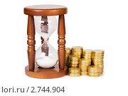 Купить «Песочные часы и монеты», фото № 2744904, снято 19 марта 2011 г. (c) Воронин Владимир Сергеевич / Фотобанк Лори