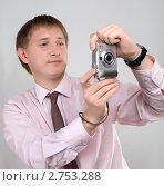 Молодой человек с фотокамерой. Стоковое фото, фотограф Владимир Зорин / Фотобанк Лори