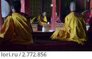Купить «Скучающий монах во время буддистской молитвы в Непальском монастыре», видеоролик № 2772856, снято 28 августа 2011 г. (c) Сергей Орлов / Фотобанк Лори