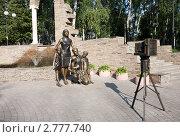 Купить «Большая семья фотографируется в парке. Скульптурная композиция в Белгороде», эксклюзивное фото № 2777740, снято 4 сентября 2011 г. (c) Галина Лукьяненко / Фотобанк Лори