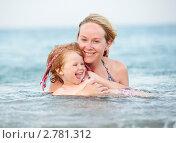 Купить «Мама с маленькой дочкой в море», фото № 2781312, снято 19 августа 2019 г. (c) Дмитрий Калиновский / Фотобанк Лори