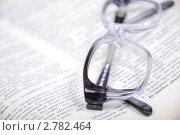 Купить «Очки на книге», фото № 2782464, снято 7 сентября 2011 г. (c) Ярослав Крючка / Фотобанк Лори