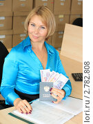 Купить «Начальник отдела кадров с трудовой книжкой и деньгами», фото № 2782808, снято 8 сентября 2011 г. (c) Надежда Глазова / Фотобанк Лори
