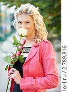 Купить «Женщина с розой на улице», фото № 2789816, снято 15 августа 2018 г. (c) Дмитрий Калиновский / Фотобанк Лори