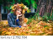 Купить «Девушка в венке из осенних листьев в парке», фото № 2792104, снято 11 сентября 2011 г. (c) Швайгерт Екатерина / Фотобанк Лори