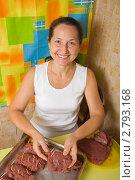 Купить «Женщина готовит мясо», фото № 2793168, снято 15 октября 2010 г. (c) Яков Филимонов / Фотобанк Лори