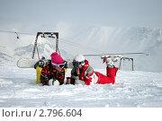 Сноубордист и лыжник отдыхают на склоне. Стоковое фото, фотограф Oksana Oleneva / Фотобанк Лори