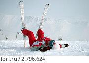 Счастливая лыжница лежит на склоне. Стоковое фото, фотограф Oksana Oleneva / Фотобанк Лори