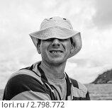 Мужчина в панамке на фоне моря, ветрено, ч/б. Стоковое фото, фотограф Дарья Мирошникова / Фотобанк Лори