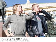 Купить «Мужчина и женщина говорят по телефону на фоне здания администрации, Липецк», фото № 2807880, снято 17 сентября 2011 г. (c) Кекяляйнен Андрей / Фотобанк Лори