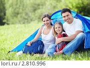 Купить «Семья в палатке на природе», фото № 2810996, снято 12 июля 2011 г. (c) Raev Denis / Фотобанк Лори