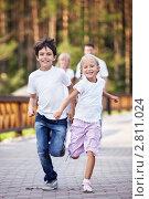 Купить «Семья на прогулке», фото № 2811024, снято 13 августа 2011 г. (c) Raev Denis / Фотобанк Лори