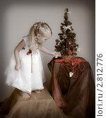 Девочка наряжает ёлку. Стоковое фото, фотограф Евгения Шийка / Фотобанк Лори