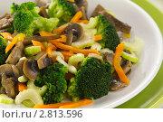 Купить «Салат из брокколи с шампиньонами, морковью и сельдереем», эксклюзивное фото № 2813596, снято 11 августа 2011 г. (c) Александр Курлович / Фотобанк Лори