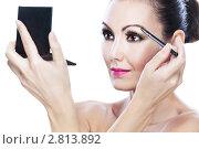Купить «Красивая женщина красит брови», фото № 2813892, снято 6 августа 2011 г. (c) BestPhotoStudio / Фотобанк Лори
