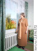 Купить «Женщина у окна», эксклюзивное фото № 2816572, снято 22 сентября 2011 г. (c) Майя Крученкова / Фотобанк Лори