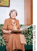 Купить «Женщина с документами», эксклюзивное фото № 2816700, снято 22 сентября 2011 г. (c) Майя Крученкова / Фотобанк Лори