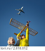 Купить «Дети запускают модель самолёта», фото № 2818012, снято 15 апреля 2018 г. (c) Владимир Мельников / Фотобанк Лори