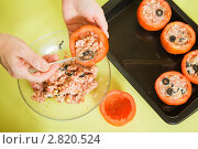 Купить «Рука кладет начинку в помидоры», фото № 2820524, снято 14 ноября 2010 г. (c) Яков Филимонов / Фотобанк Лори
