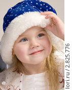 Счастливая девочка в новогодней шапочке. Стоковое фото, фотограф Евгения Шийка / Фотобанк Лори