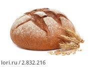 Купить «Каравай и колосья пшеницы на белом фоне», фото № 2832216, снято 31 мая 2010 г. (c) Наталия Евмененко / Фотобанк Лори