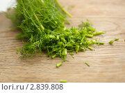 Купить «Нарезанная зелень укропа на деревянной доске», фото № 2839808, снято 20 июня 2011 г. (c) Екатерина Рыбина / Фотобанк Лори